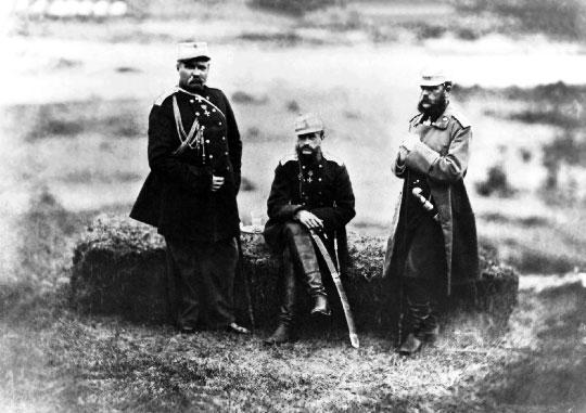 Generał Nikołaj Jewdokimow, wielki książę Michał, generał Dymitr Światopołk-Mirski, 21 maja 1864r., tuż po ostatecznym zwycięstwie nad Czerkiesami. W kolejnych latach przeprowadzili serię wysiedleń, która doprowadziła do śmierci setek tysięcy ludzi i znana jest dziś jako ludobójstwo Czerkiesów.