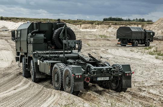 Ciągnik siodłowy Jelcz C882.57 specjalny CSS podczas badań zakładowych wwarunkach terenowych bez obciążenia.
