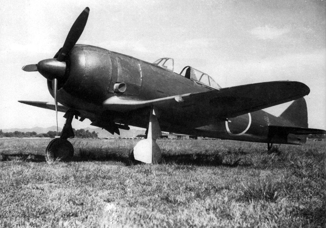 Ki-44-II hei (2127) na lotnisku fabrycznym zakładów Nakajima w Ōta, wczesna jesień 1944r. Ki-44 był pierwszym japońskim myśliwcem, wktórym, kosztem zwrotności, położono nacisk nadużą prędkość maksymalną i wznoszenia oraz silne uzbrojenie.