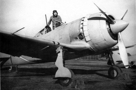 Pierwszy prototyp Ki-44 (4401) podczas prób w Tachikawie, grudzień 1940 r. Widać wczesny typ osłony kabiny (z limuzyną wsuniętą pod tylną część osłony), dodatkowe otwory wentylacyjne z boku kadłuba, pierścieniową chłodnicę oleju we wlocie powietrza chłodzącego silnik i odchylone w bok dolne części pokryw kół podwozia.