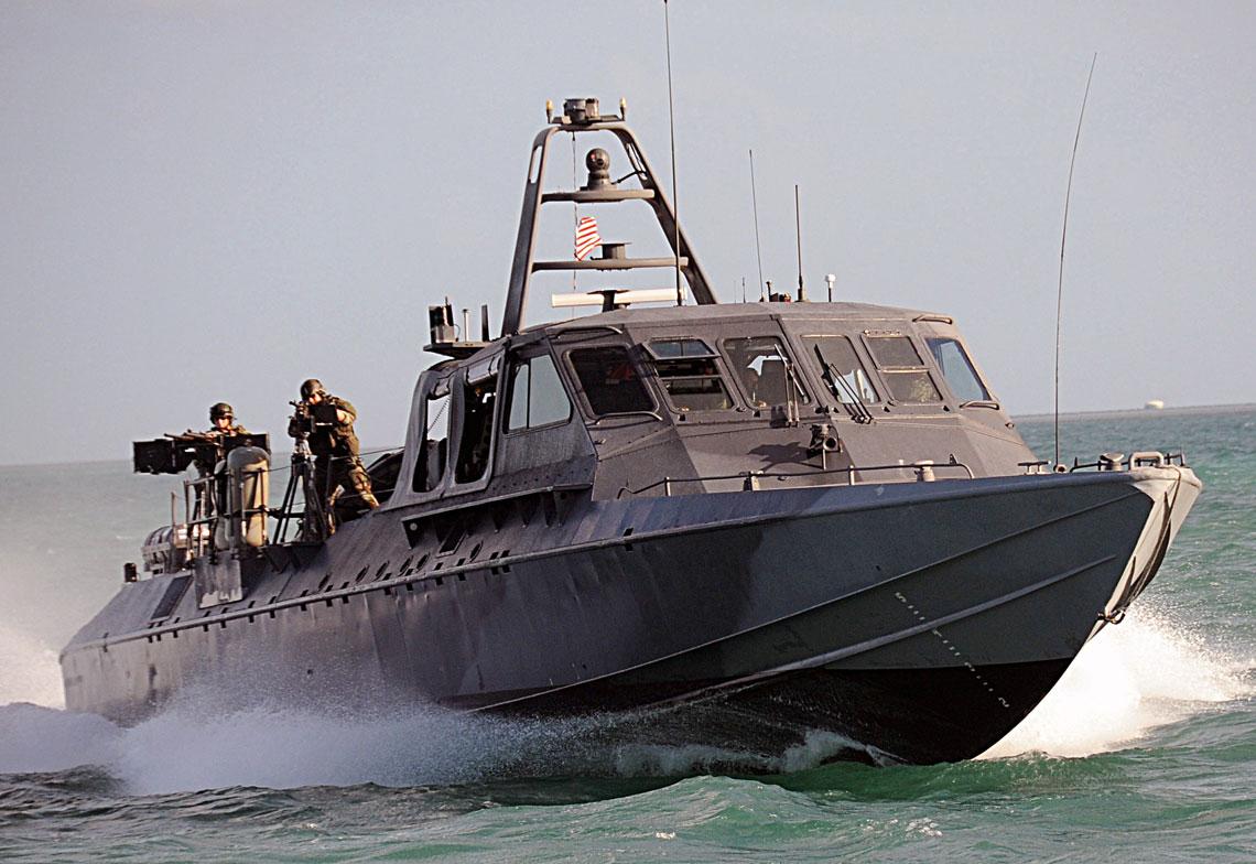 Kuter SOC MkV wtrakcie ćwiczeń US Navy SEALs, okolice Key West 2009r. Operatorzy na pokładzie obsługują zdwojone stanowisko Mk95 z12,7mm wkm Browning M2 i7,62km M60 na podstawie słupkowej. Warto zwrócić uwagę na podesty iuchwyty wokolicach nadbudówki, które ułatwiały operacje abordażowe. Jednostki tego typu były pierwszymi wUS Navy zaprojektowanymi od podstaw do przerzucania operatorów sił specjalnych. Wycofano je zużycia w2015r.