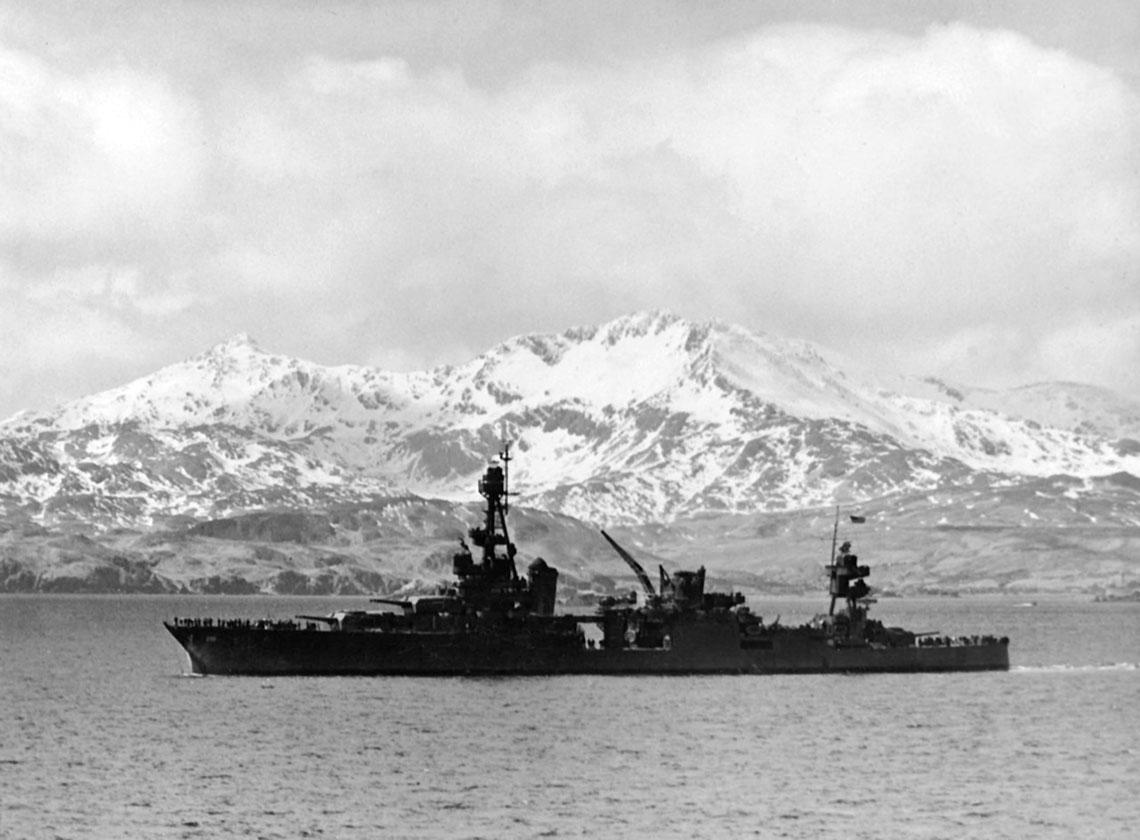 Krążownik ciężki USS Louisville (CA-28) podczas wyjścia z Zatoki Kulak na wyspie Adak w kwietniu 1943 r.