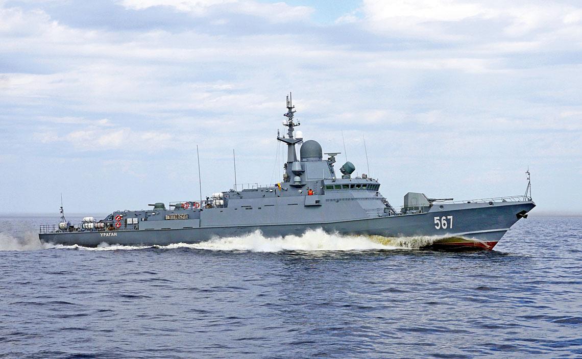 Prototypowy mały okręt rakietowy proj. 22800 Mytiszczi wmarszu zpełną prędkością wczasie prób morskich. Okręt nosił wówczas jeszcze pierwotną nazwę Uragan. Jest to jedna zdwóch jednostek we wstępnej konfiguracji, której głównym orężem przeciwlotniczym są dwie 30 mm armaty rotacyjne AK-630M.
