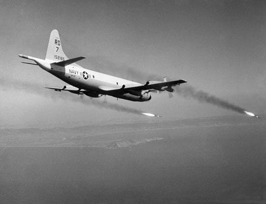 P-3A z dywizjonu VP-47 wystrzeliwuje z wielolufowych wyrzutni podskrzydłowych niekierowane pociski rakietowe Zuni kal. 127 mm.