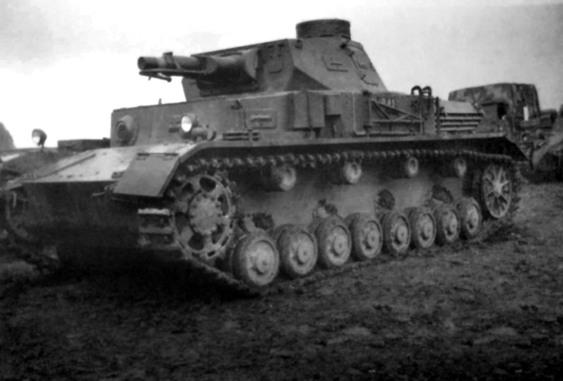 Według niemieckiej koncepcji wojsk pancernych, PzKpfw IV miał być najcięższym czołgiem w dywizjach pancernych. Wyposażony w krótkolufowe działo 75 mm, miał służyć jako wsparcie lżejszych wozów PzKpfw III, uzbrojonych w długolufowe działo 37 mm.