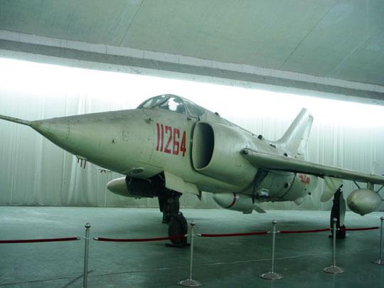 zachowany wzbiorach muzealnych samolot Q-5A zmakietą taktycznej bomby jądrowej KB-1 na podwieszeniu podkadłubowym (bomba była częściowo schowana wkadłubie).