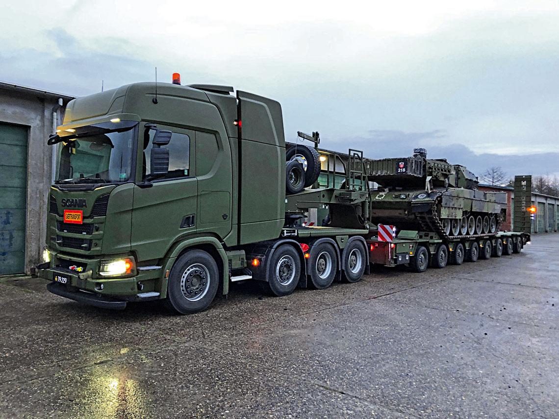 Przekazany w styczniu Siłom Zbrojnym Królestwa Danii zestaw do transportu ciężkiego sprzętu z czteroosiowym ciągnikiem Scania R650 8×4 HET, pierwszym zmilitaryzowanym autem tego typu pochodzącym z rodziny Scania XT.