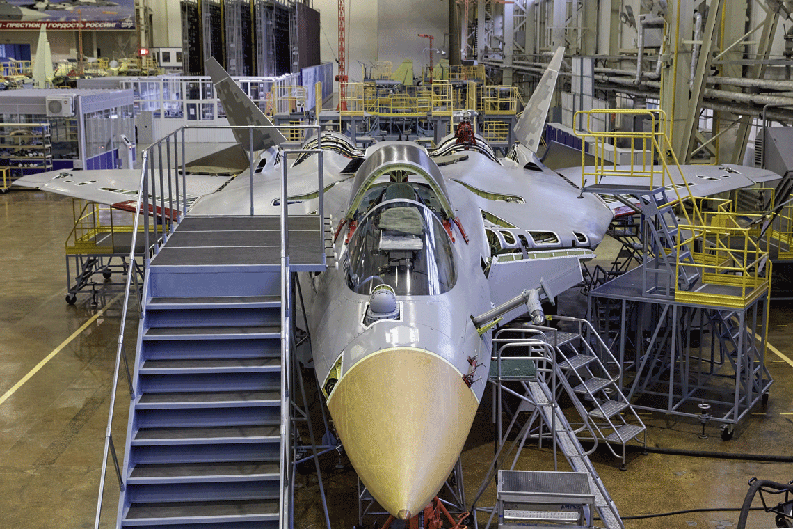 Drugi egzemplarz serii wstępnej Su-57, T-50S-2 w hali montażu końcowego zakładu KnAAZ wsierpniu 2020 r.  Do końca października ma on zostać przekazany do eksploatacji wSiłach Powietrzno-Kosmicznych Federacji Rosyjskiej.