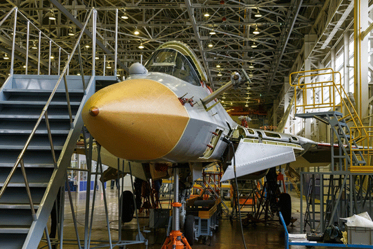 20 sierpnia Su-57 T-50S-2 nie miał jednego z silników, nie były jeszcze założone niektóre pokrywy, a osłona nosowa radiolokatora była tymczasowa.