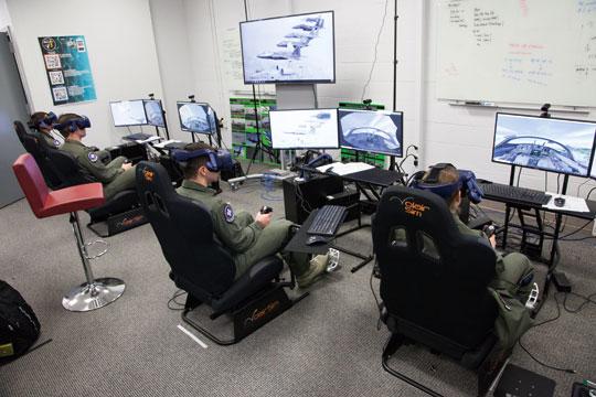 W ramach pierwszej fazy programu szkolenia podstawowego izaawansowanego UPT studenci przechodzą przez 134 godziny nauki naziemnej oraz sześć sesji symulatorowych, by uzyskać dopuszczenie do lotów na samolocie T-6 Texan II.