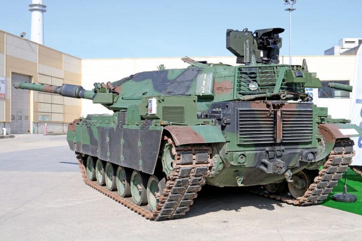 Ten sam wóz od tyłu. Początkowo przewidywano wyposażenie M60T1 w pomocniczy agregat prądotwórczy (na lewym błotniku), jednak wozy biorące udział w operacji Gałązka Oliwna nie otrzymały tych urządzeń.