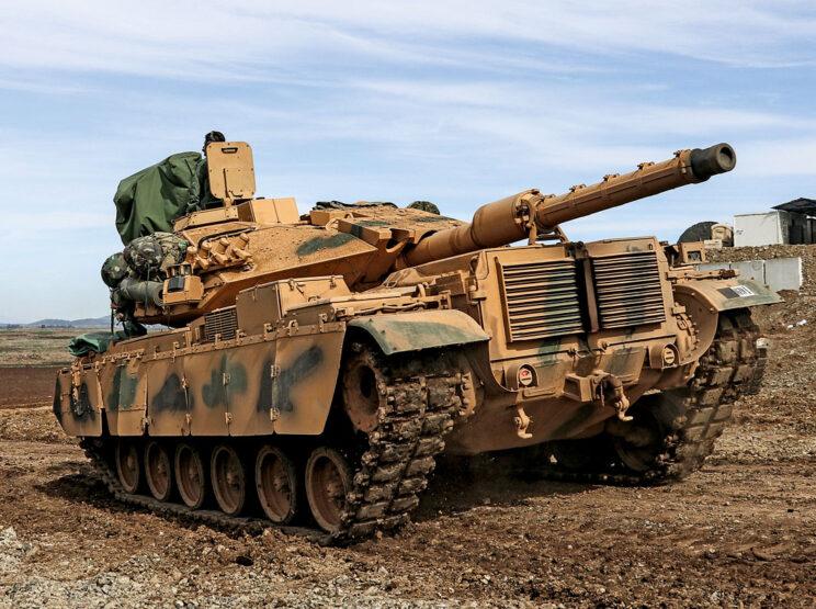 Poziomy układ żeber tylnej osłony przedziału napędowego ułatwia rozpoznanie wozów M60T i M60T1 napędzanych silnikiem MTU MT 881.