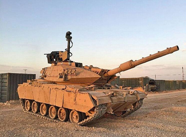 """M60T1 w jednej z tureckich baz. Jak dotąd nie ma dowodów, że widoczny maszt z głowicą obserwacyjną systemu Arslan stanowi wyposażenie czołgu. Być może zamontowano go na pojeździe stojącym za """"sześćdziesiątką""""."""