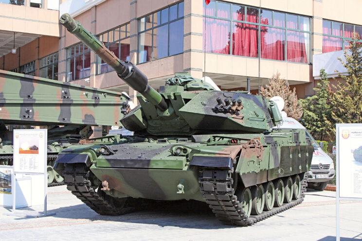 M60T w całej okazałości. Moduły dodatkowego pancerza upodabniają czołg do izraelskich Magachów 7C, które stanowiły bazę dla pakietów modernizacyjnych Sabra.
