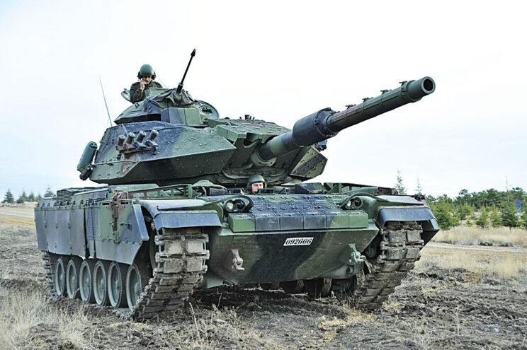 M60T w trakcie pokazu w terenie. Dobrze widoczna lufa 12,7 mm wukaemu M85 zamontowanego w oryginalnej wieżyczce dowódcy.