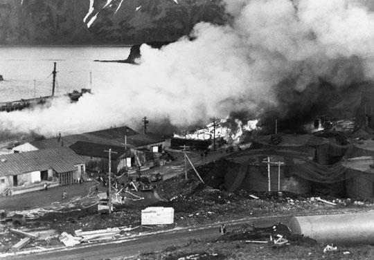 Dymiący transportowiec Northwestern po trafieniu bombą lotniczą.