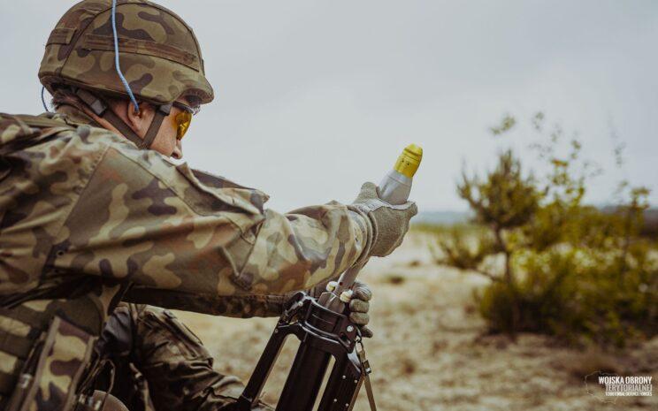 Ładowanie naboju z pociskiem odłamkowym O-LM60. Fot. WOT.