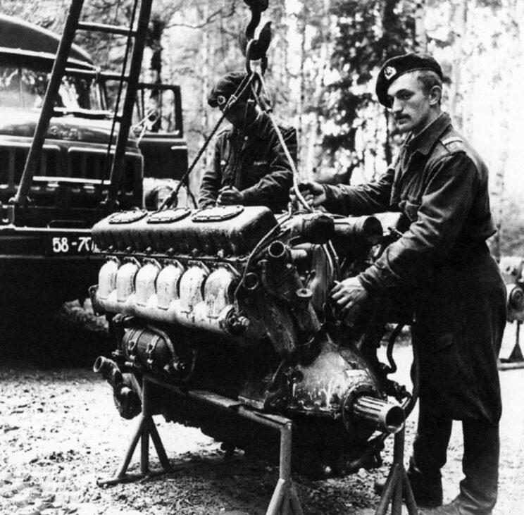 Przygotowanie do wymiany silnika W-55 w warunkach polowych.