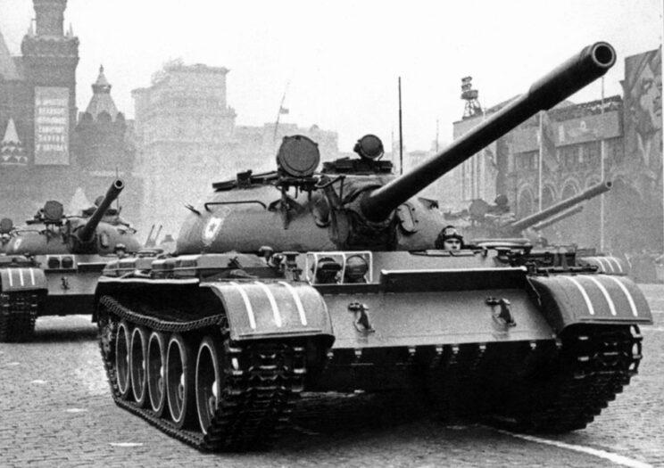 Czołg średni T-55 na defiladzie w Moskwie w 1964 r.