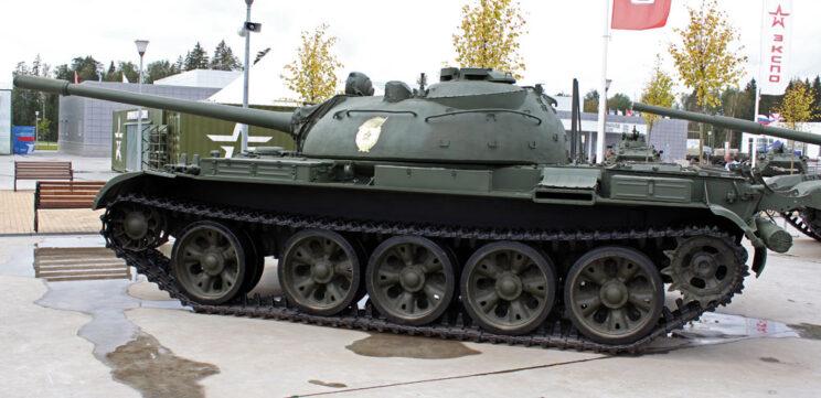 T-55A – dobrze widoczna nowa obudowa cokołu włazu dowódcy. Czołg ma stare gąsienice i tylną skrzynkę narzędziową na lewym błotniku typową dla T-54.