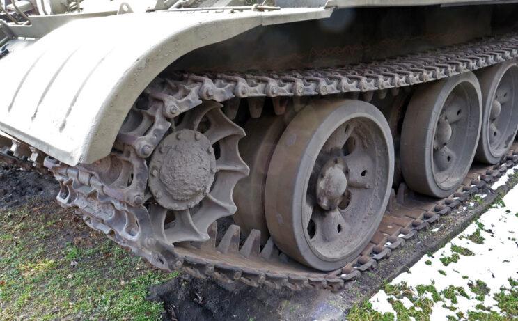 Detale układu jezdnego czołgu T-55 ze starymi gąsienicami.