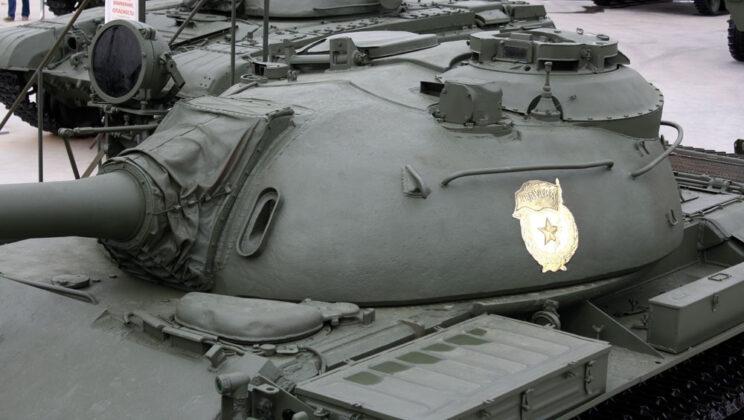 Wieża T-55A, widoczny także pogrubiony właz kierowcy.
