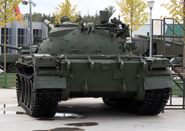 T-55A w widoku od tyłu. Zwraca uwagę brak belki do samowykopywania i dodatkowych beczek z paliwem.