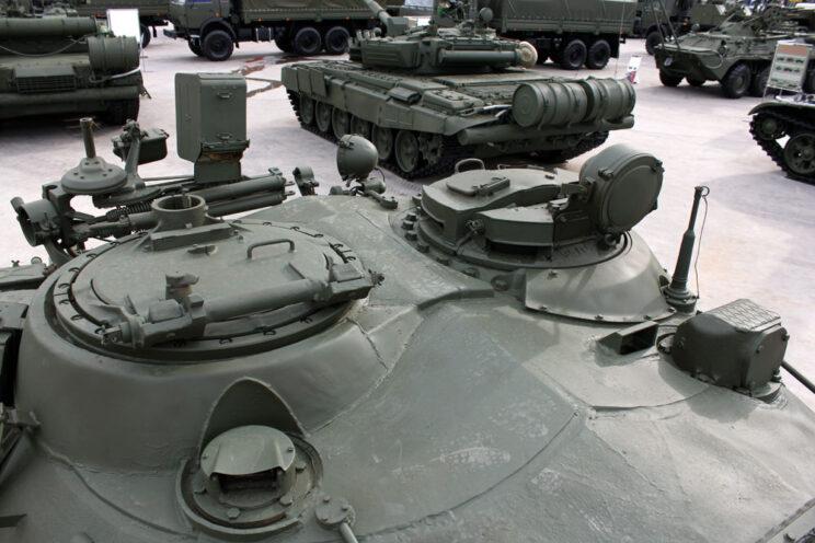 Góra wieży czołgu średniego T-55A – dobrze widoczny wysoki cokół włazu ładowniczego z obrotowym jarzmem dla wielkokalibrowego karabinu maszynowego DSzKM kal. 12,7 mm.