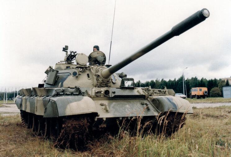 Czołg średni T-55A po częściowej modernizacji – ma podwyższony cokół prawego włazu, pojemnik na gaśnice z prawej strony wieży i fartuchy burtowe. Na włazie kierowcy założona osłona z oknem, umożliwiająca prowadzenie pojazdu wterenie z otwartym włazem.