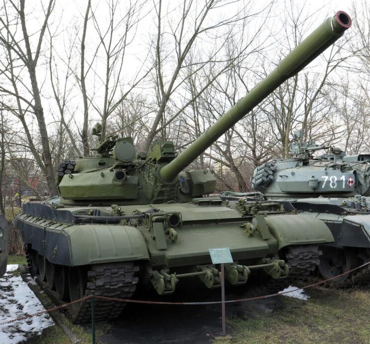 T-55AM – widoczne dodatkowe opancerzenie wieży i przedniego pancerza, do którego są przykręcone uchwyty trału.