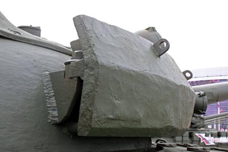 Moduł opancerzenia dodatkowego wieży T-55 i jego mocowanie.