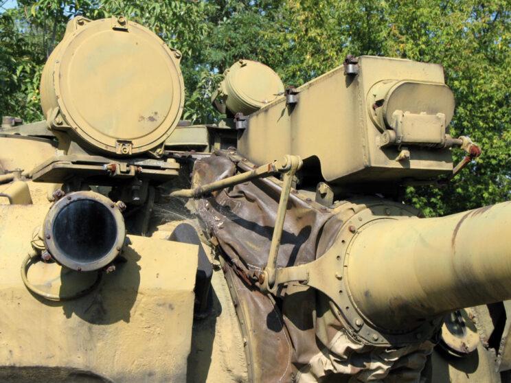 Szczegóły wyposażenia T-55AM – dalmierz laserowy KDT-2 i trzy reflektory.