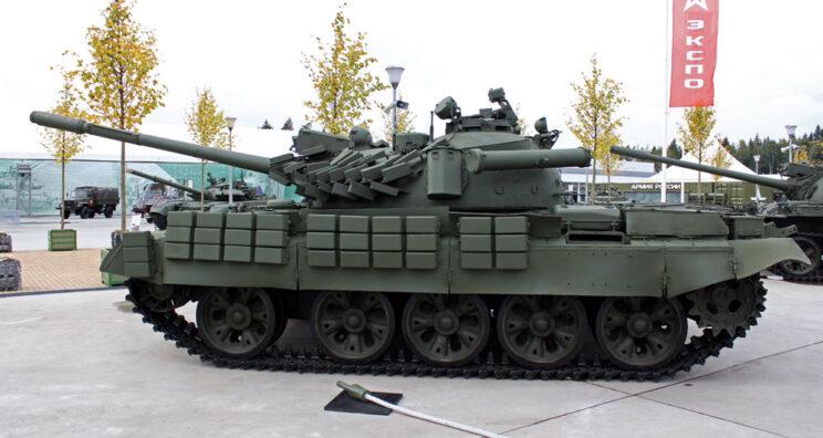T-55AMW z boku, widoczny maksymalny zestaw burtowych modułów Kontakt-3.