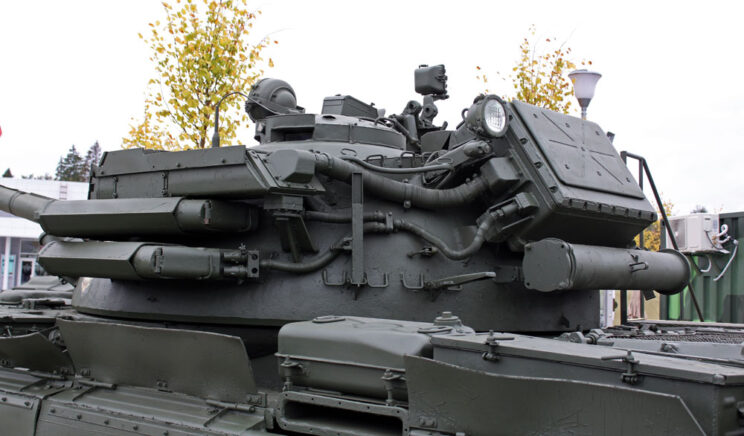 T-55AD widziany od tyłu – na wieży zasobniki z aparaturą.