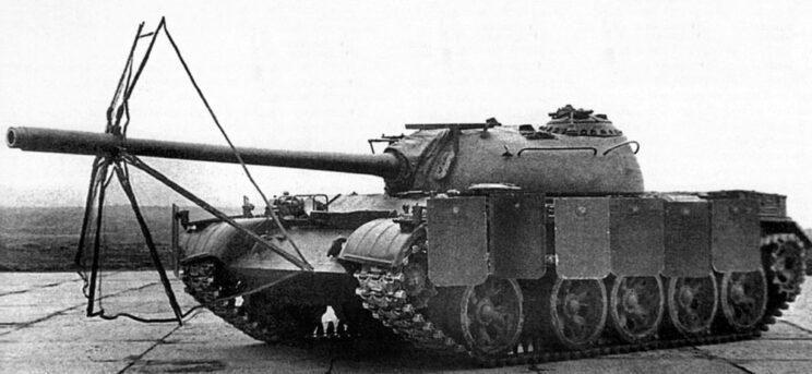 T-55 z rozkładanym ekranem ZET-1 oraz rozkładanymi fartuchami burtowymi.