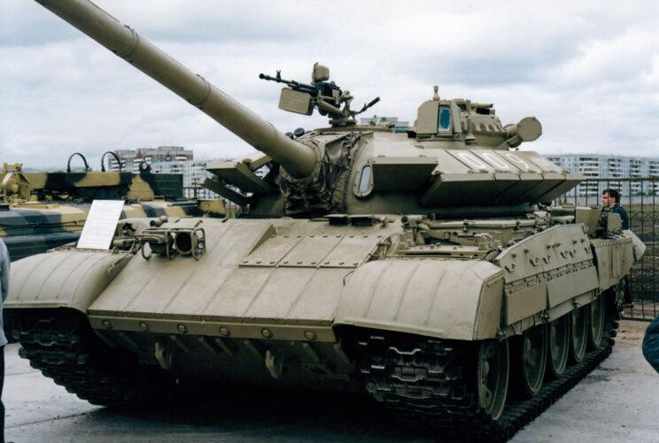Czołg średni T-55A zmodernizowany w Omsktransmaszu – ma burtowe ekrany z czołgu T-80, wzmocniony pancerz przedni inowe moduły na wieży.