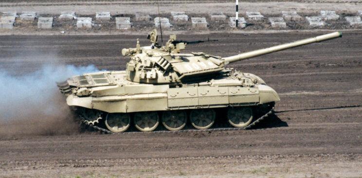 Zmodernizowany T-55A podczas jazdy na omskim torze przeszkód.