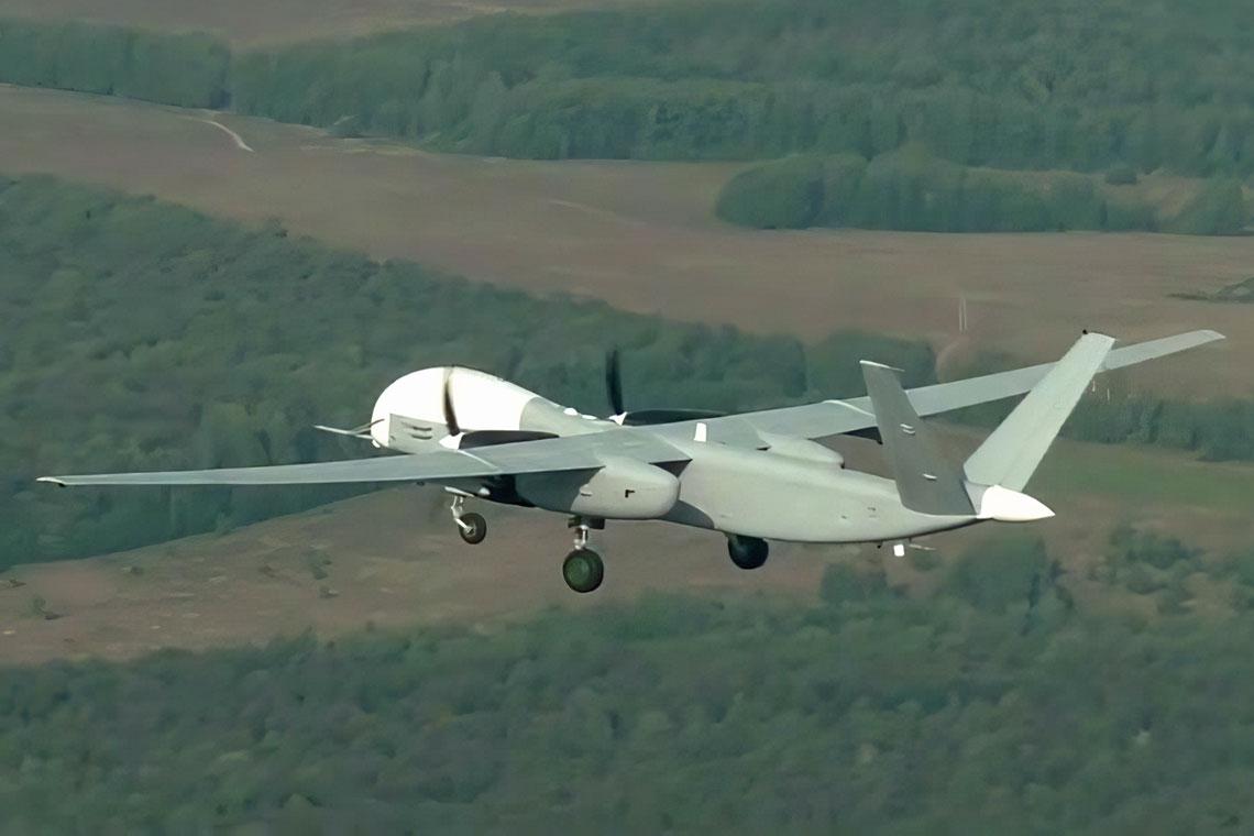 Samolot bezzałogowy Altius-U numer 881 w pierwszym locie 20 sierpnia 2019 r. Prawdopodobnie jest to przemalowany egzemplarz 03, być może po niewielkiej modernizacji po przejęciu projektu przez UZGA.