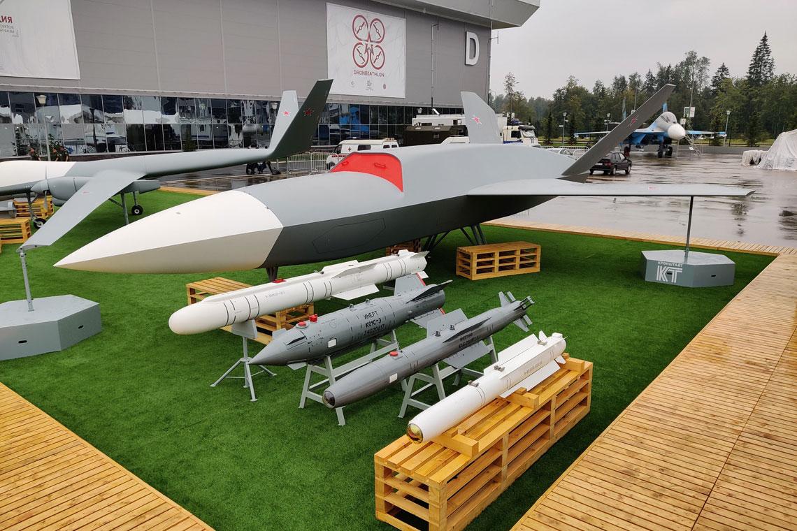 """Uzbrojenie BSP Grom: od lewej, 120-kg pocisk izdielije 85, 250-kg bomba kierowana laserowo KAB-250LG, 500-kg bomba naprowadzana satelitarnie KAB-500S oraz 520-kg modułowy pocisk """"powietrze-ziemia"""" Ch-38M. Oprócz KAB-500S, pozostałe uzbrojenie Grom może zabierać w komorze kadłubowej."""
