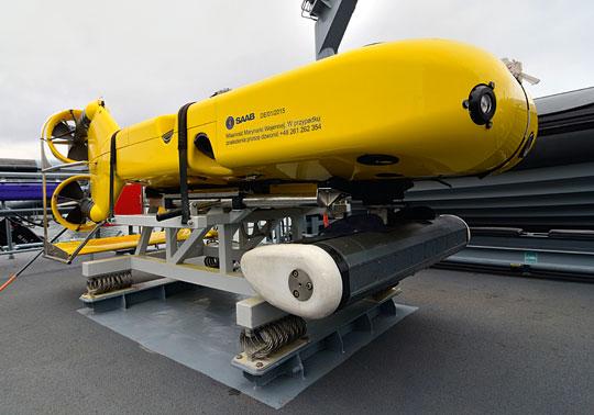 Sonar samobieżny ozmiennej głębokości pracy Double EagleMkIII zwidocznym zprzodu przetwornikiem stacji hydrolokacyjnej SHL-300. Zastosowanie pojazdu okazało się zbyt wąskie, dlatego zrezygnowano zniego na seryjnych niszczycielach min.
