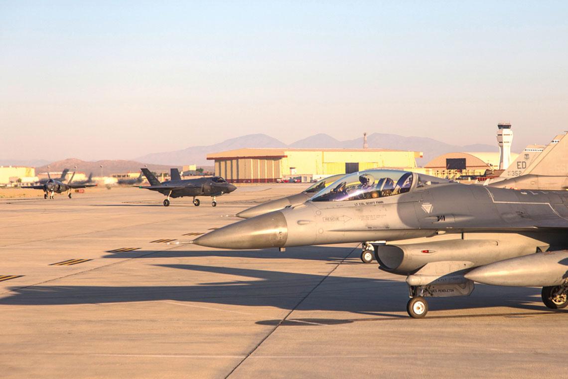 Samolot bojowy piątej generacji F-35 posiada zdolność do integracji ze starszymi samolotami wcelu uzyskania powodzenia misji za pomocą kombinacji utrudnionej wykrywalności, ataku elektronicznego oraz dzielenia się informacjami.