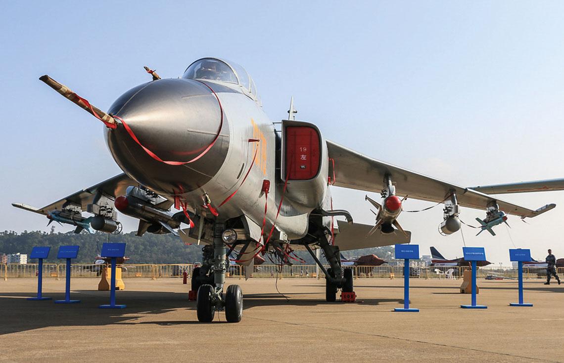 Taktyczny samolot uderzeniowy JH-7 powstał na zamówienie chińskich sił powietrznych imarynarki wojennej. Zgodnie z założeniami taktyczno-technicznymi wspólny miał być płatowiec, silniki i awionika, różne zaś – wyposażenie zadaniowe.