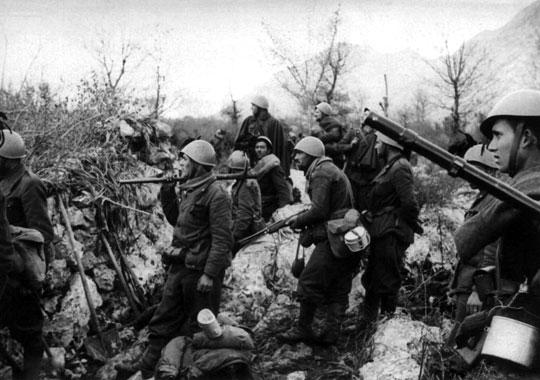 Po niemieckim ataku na Grecję i Jugosławię wojska greckie (na zdjęciu) i jugosłowiańskie podjęły ostatnią próbę wypchnięcia Włochów z Albanii, ale bez powodzenia.