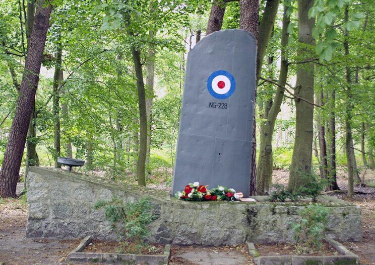 Pomnik brytyjskich lotników poległych w czasie nalotu na Lützowa. Fot. Tomasz Grotnik