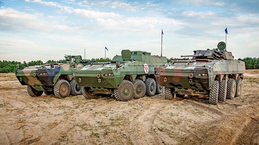 Od grudnia 2004 r. do 30 września bieżącego zakłady Rosomak S.A. dostarczyły Siłom Zbrojnym RP 841 kołowych transporterów opancerzonych Rosomak i pojazdów na ich bazie. Na zdjęciu (od lewej): wóz rozpoznania technicznego Rosomak-WRT, wóz ewakuacji medycznej Rosomak-WEM, kołowy bojowy wóz piechoty Rosomak.