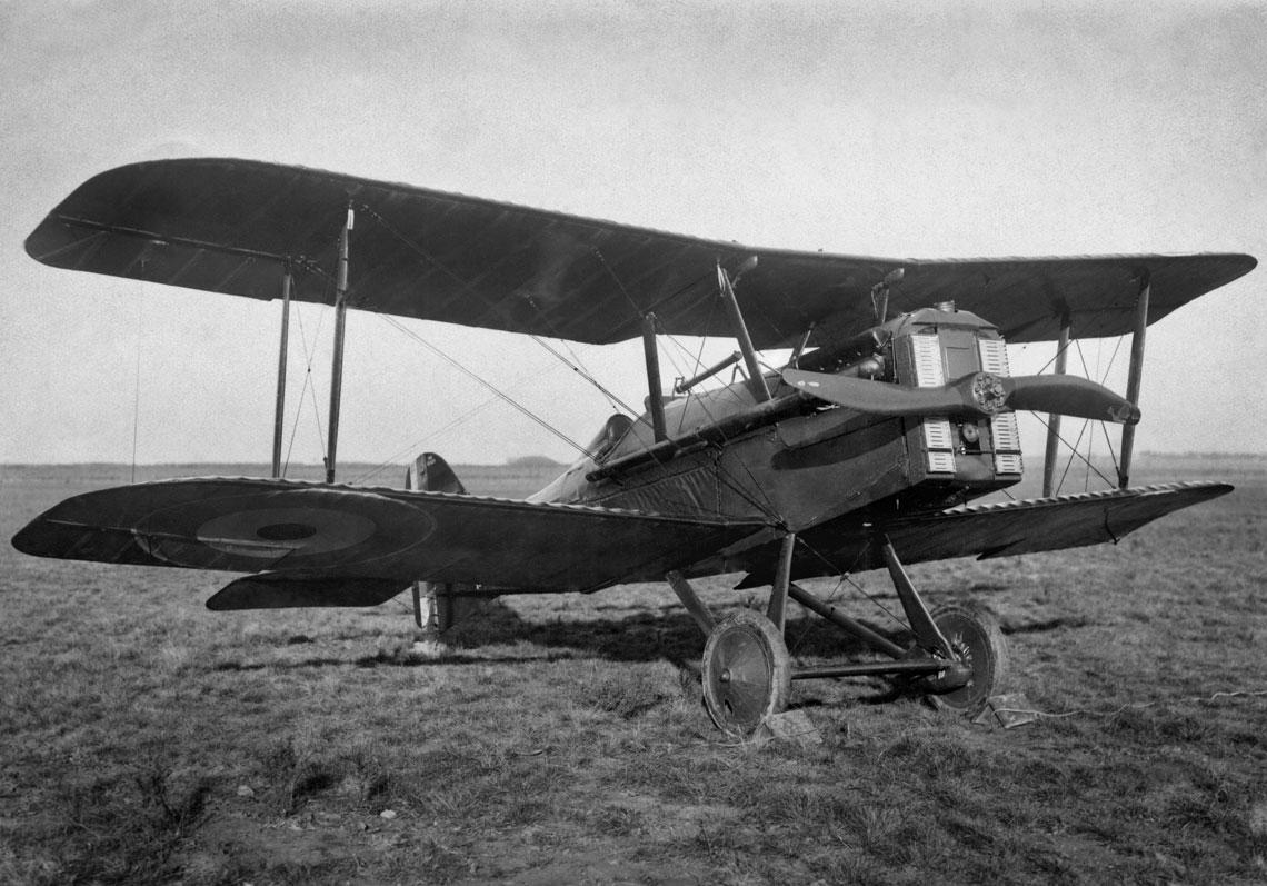 S.E.5a w ostatecznej konfiguracji, z długimi rurami wydechowymi i dwułopatowym śmigłem. Przypuszczalnie jest to jeden z egzemplarzy dostarczonych do Stanów Zjednoczonych, gdzie miała się rozpocząć produkcja licencyjna samolotów myśliwskich tego typu.