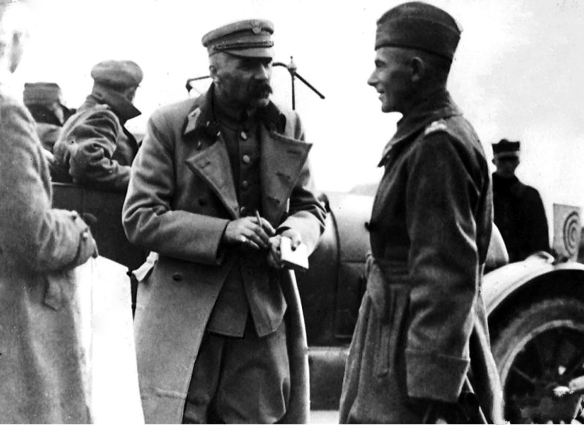 """Spotkanie marszałka Piłsudskiego i generała """"Śmigłego"""" Rydza. Podczas takiego spotkania 4 sierpnia 1920 r. narodził się plan uderzenia na Rosjan od południa – jedyny element, który udało się zrealizować."""