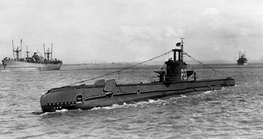 Stoic, okręt typu S, zbudowany w stoczni Cammell Laird w Birkenhead nad Zatoką Liverpoolską, pierwszy raz wychodzi w morze; czerwiec 1943 r. W tle frachtowiec typu Liberty.