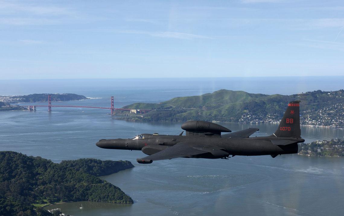 Wysokościowy samolot rozpoznawczy Lockheed U-2S przelatuje w pobliżu San Francisco; 23 marca 2016 r.