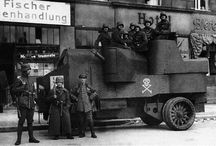 Wraz z nim służyły także zdobyczne samochody pancerne Garford-Putiłow. Na zdjęciu podobny zdobyczny Garford-Putiłow w barwach niemieckich.